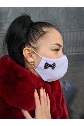 Pöttyös masnival díszített fehér szájmaszk