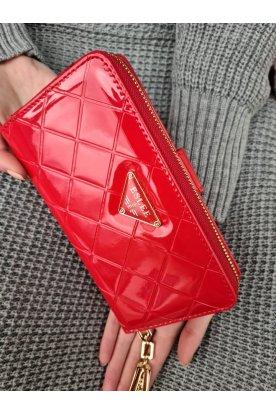 Lakkos felületű piros színű női anyagában pepita mintás pénztárca