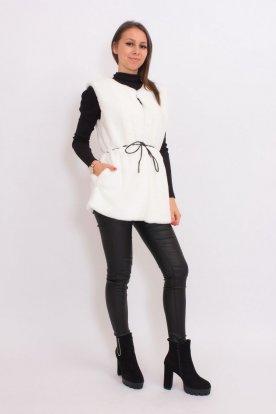 Női divatos fehér puha műszőrmés mellény övvel.