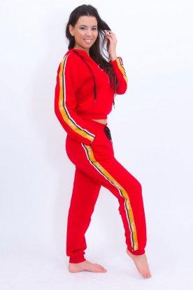 Sportos női szabadidő együttes oldalán divatos felirattal