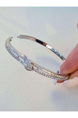 Elegáns ezüstözött kövekkel díszített női karperec elején csepp alakú mintával