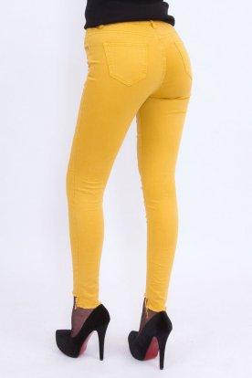 Divatos mustár színű női alján szaggatott és enyhén gyűrt farmernadrág