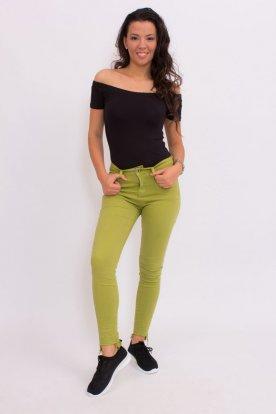 Divatos zöld színű női alján szaggatott farmernadrág