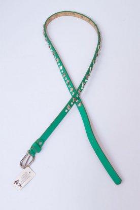 Zöld színű strasszkövekkel és szegecsekkel díszített fémcsatos öv