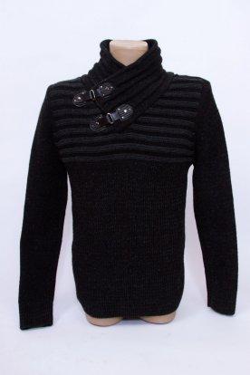 Divatos magasított garbó és egyedi csattal díszített férfi kötött pulóver