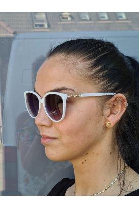 Divatos fehér keretes szárain kövekkel és aranyozott mintával díszített női napszemüveg