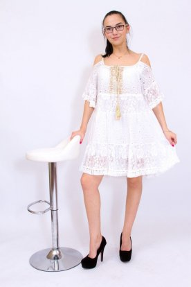 Gyönyörű női fehér színű nyitott vállú madeira és csipkebetéttel, aranyszegéllyes és megkötővel díszített rövid ujjas miniruha