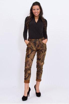 Divatos gyűrt anyagú anyagában mintás női nadrág