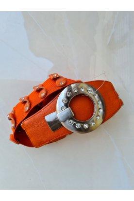 Narancssárga kövekkel és kereszmintával díszített gumis összeakasztós öv